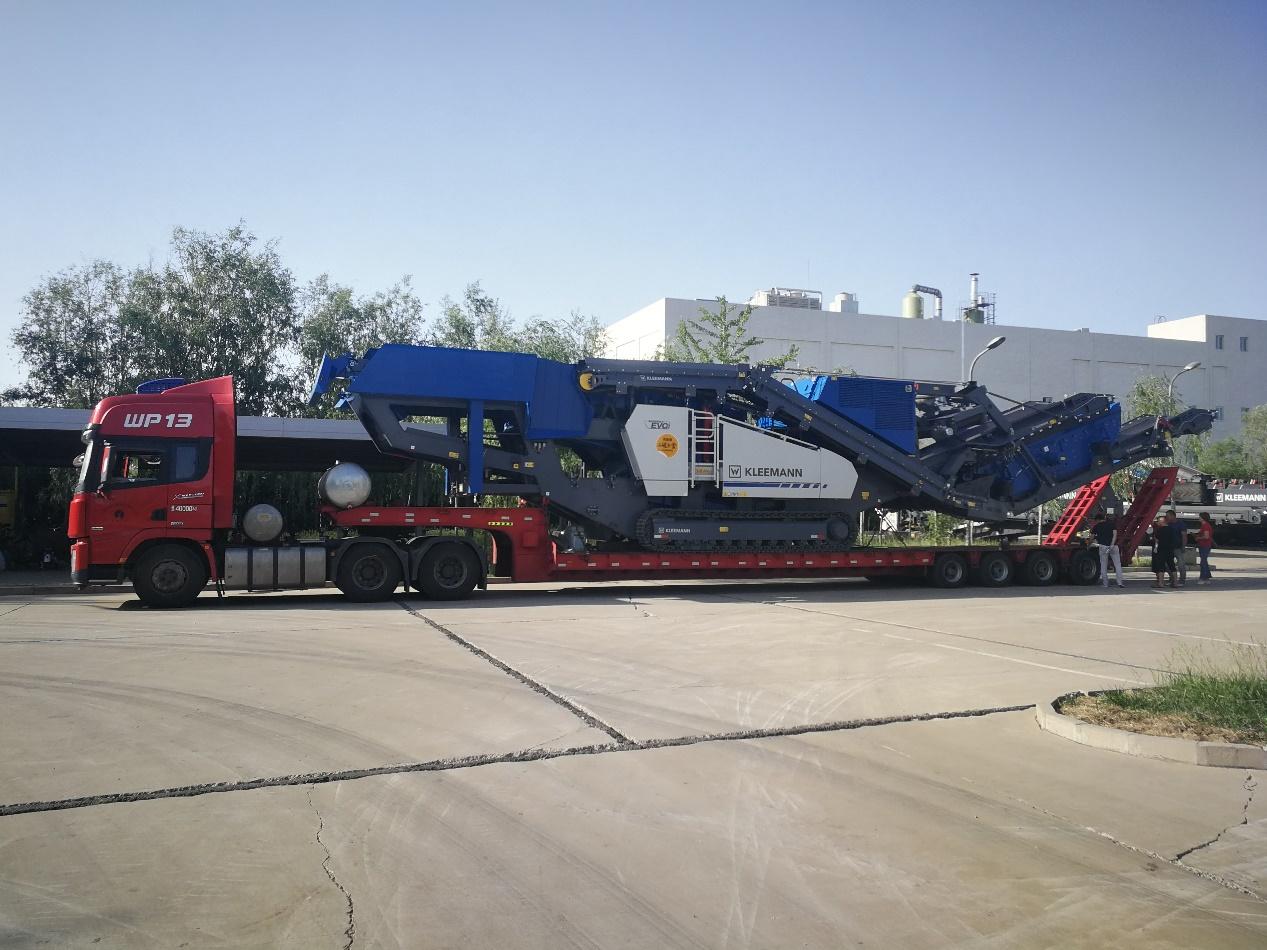 18米长83公分高4线8轴爬梯板,运输克磊镘MR130ZS移动式破碎机.jpg