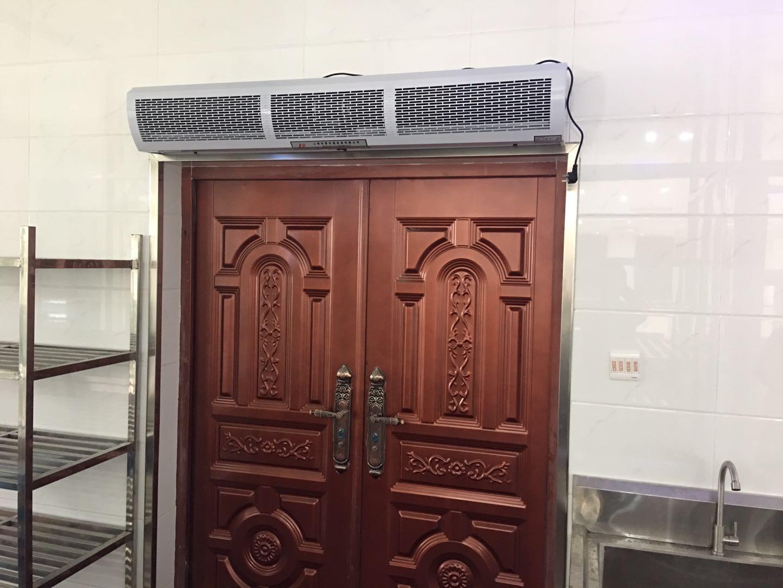 安装风幕机可以有效的阻止昆虫及有害气体的侵人。