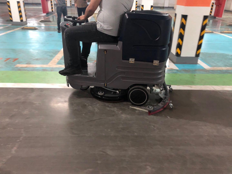 驾驶式洗地机TXD5走进物业小区