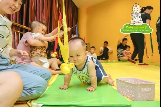 鼓励宝宝爬行,好处多多,爸妈应该怎样做?