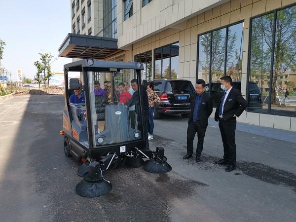 驾驶式扫地机适合在商业步行街使用吗?