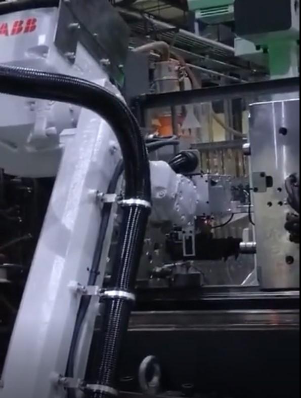 机器人在铸造机上应用