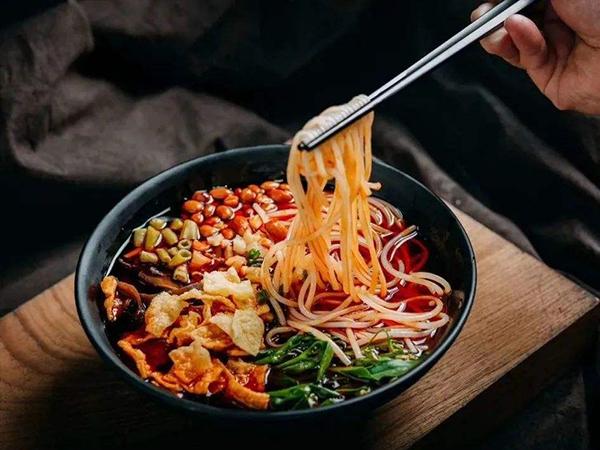 广西柳州螺蛳粉:非遗美味做成全球产业
