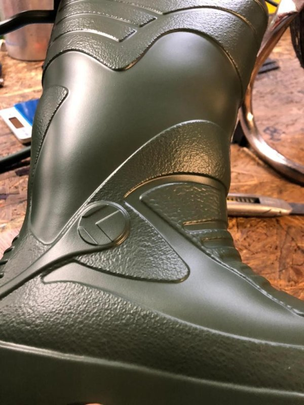 EVA鞋底脱模剂制成的靴子和鞋子