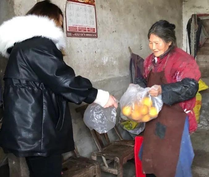 婆婆送我们现摘橘子