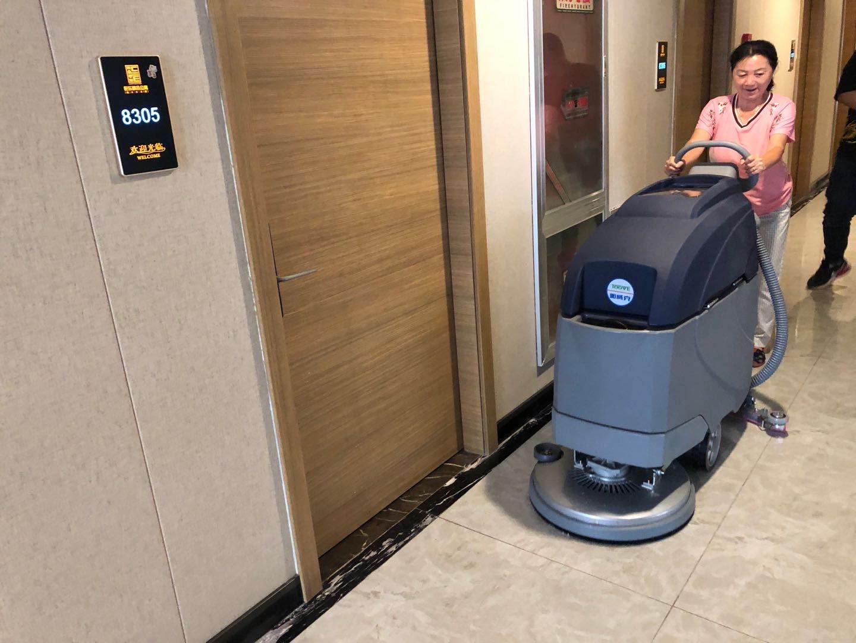 到底在什么地方上使用洗地机来清洁合适?