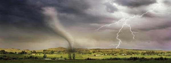 Rechenzentrum und Blitz, Wind und Regen