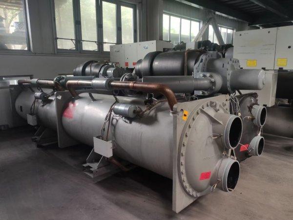 开利水冷螺杆式冷水机组,制冷量1314KW ,能效比6KW